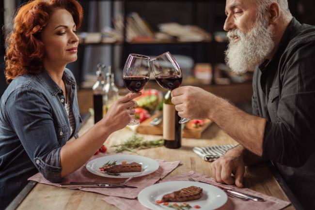 malbec - ett medelålders par dricker vin