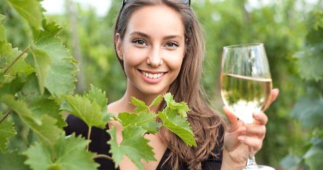 vinfrågor - frontbild med tjej och vinglas