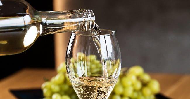 Riojas vita viner - frontbild med glas och druvor