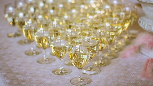 Riojas vita viner - många fyllda glas