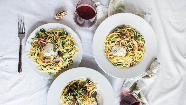 mat och vin - pasta och rödvin serverat
