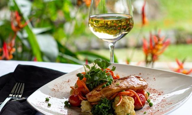 mat och vin - en fin rätt med ett glas vitt