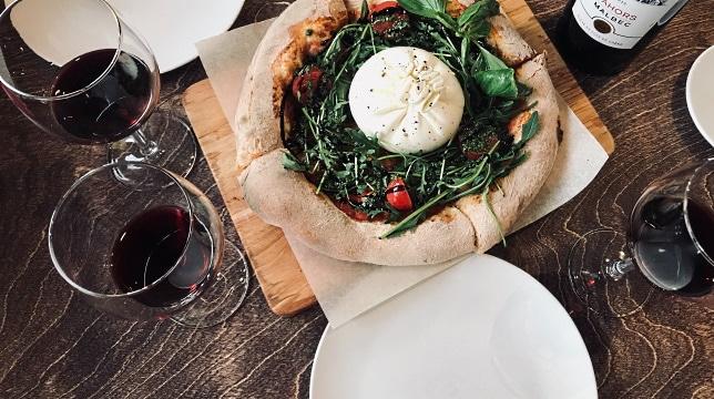 mat och vin - en läcker pizz med rödvin