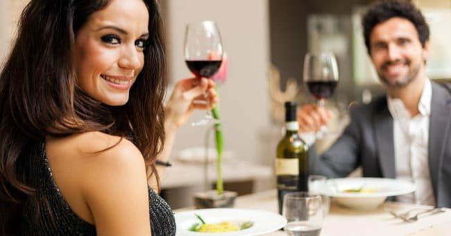 mat och vin - ett par skålar vid middagsbordet