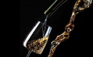 toscana - vitt vin hälls upp på glas