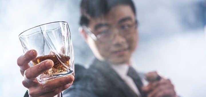 Japansk whisky - omslagsbild en japan håller ett glas whisky