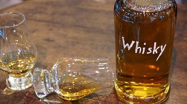 japansk whisky - en flaska och 2 glas