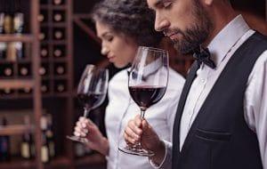 magnumbutelj - omslagsbild ett par testar rött vin