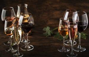 söta viner - omslagsbild varierande vinglas med viner