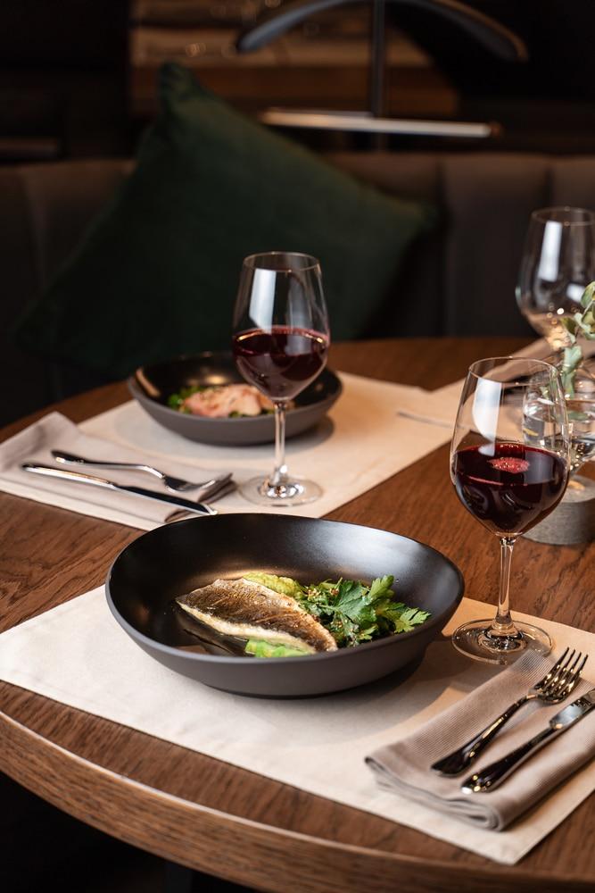 rött vin och rostad fisk