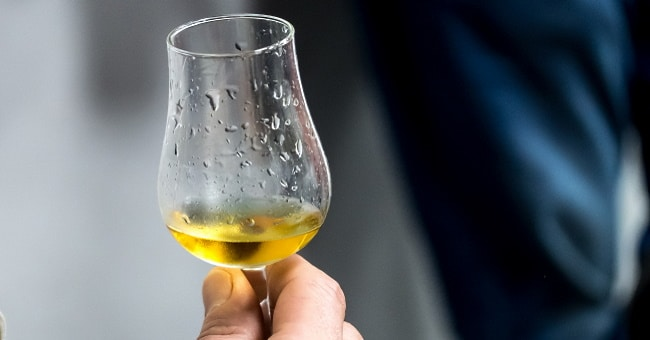 japansk whisky - omslagsbild på ett provningsglas