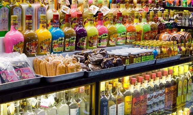Mezcal-mängder-av-flaskor-i-olika-färger