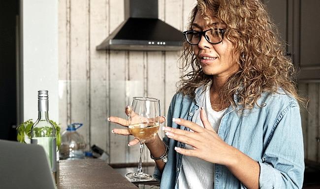 online-vinprovning-samma-tjej-med-ett-glas-vin