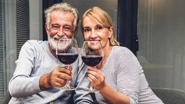 eko-viner - ett par som dricker rött vin