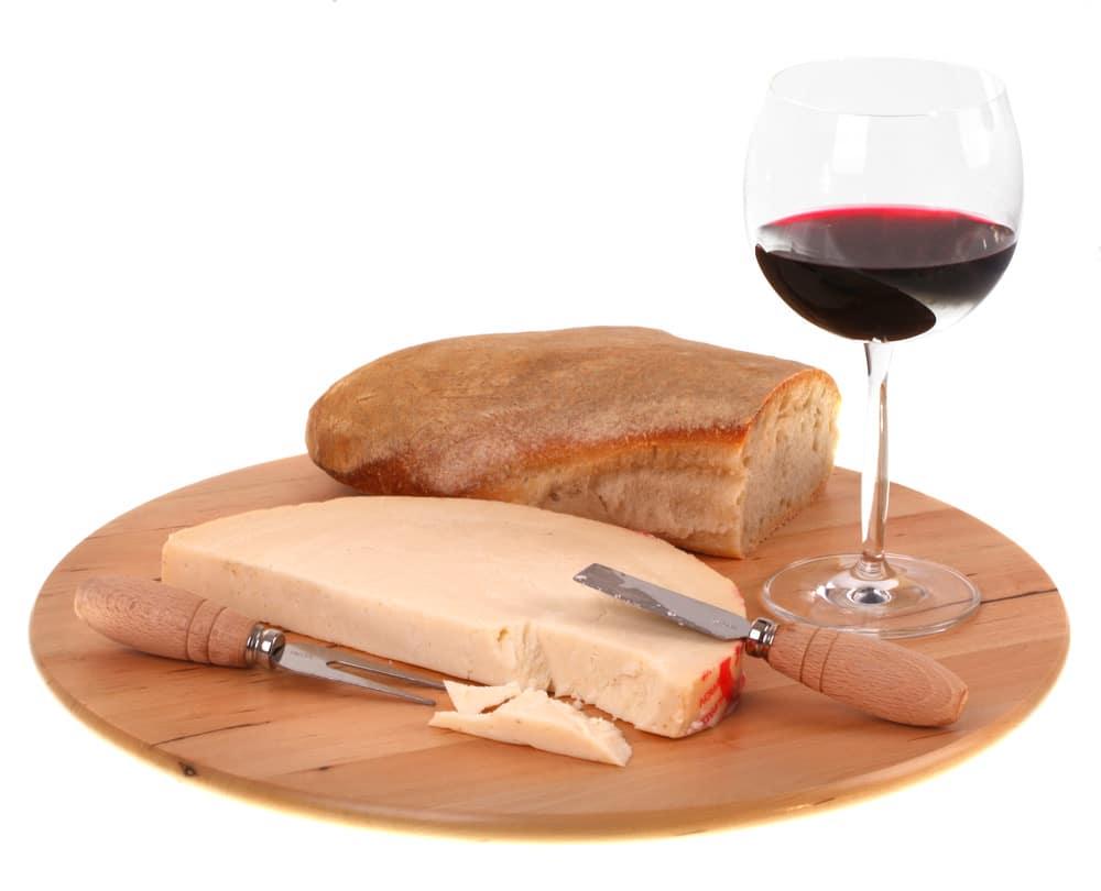 Ost med rött vin