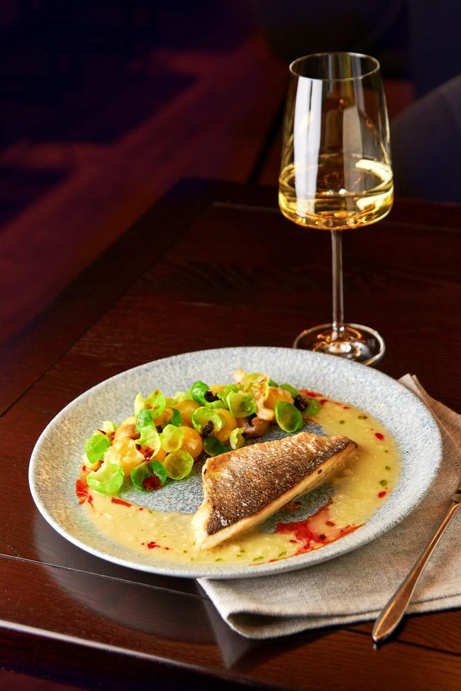 Vitt vin med fisk och sås