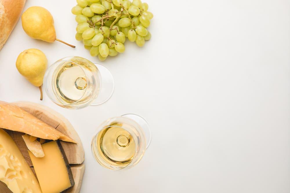 Vitt vin med ostar