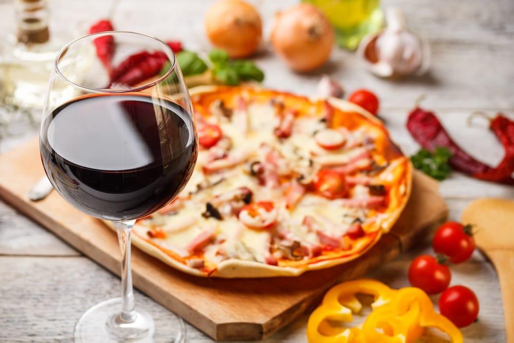Rött vin med pizza och tomater