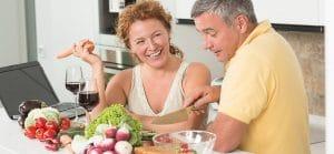 omslag växtbaserat - par i köket lagar mat och dricker vin