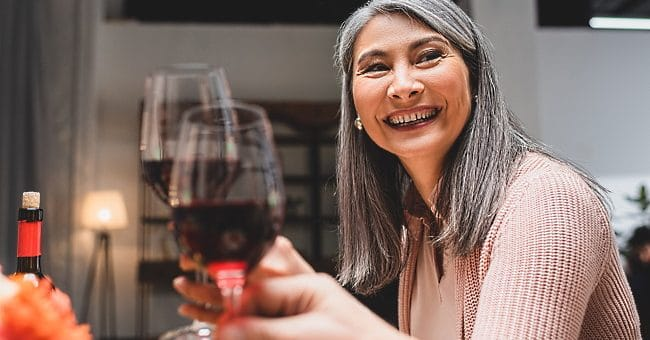 omslagsbild - en kvinna firar morsdag med vin