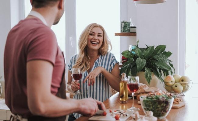växtbaserat - par i köket med vin och grönsaker