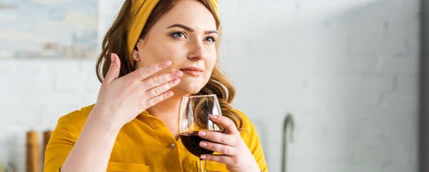 aromer i vin en kvinna som doftar på ett glas vin