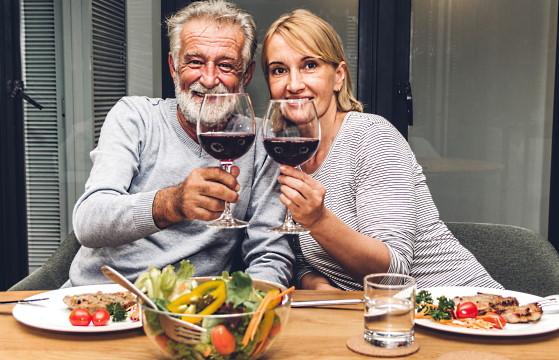 Zinfandel - ett par som äter och dricker rött