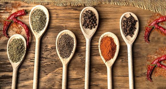 kryddor och vin - olika skedar med kryddor