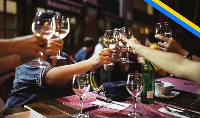 svenska viner ett gång dricker vin kring ett bord