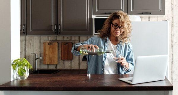 online-vinprovning-omslagsbild-en-tjej-som-häller-vin-i-glas
