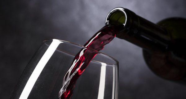 vino nobile - frontbild med flaska san claudio